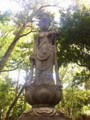 泉の森会館裏のサラスヴァティー(弁才天)