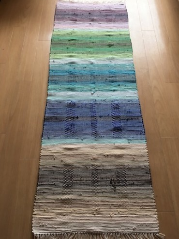 褐色から光の紫へ…虹マット『織り織りのうた』