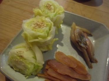 今朝の漬物は…白菜、漬けてから2日目ですが、まあまあです。ごまをふって少し味をほのめかしちゃいます。生姜は味噌でよ〜く漬かりましたあ。