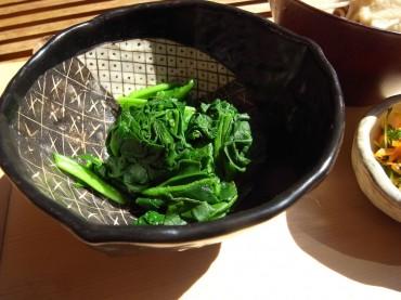 「のらぼう菜」を先日秋川に行ってきたという方からいただいたのです。菜の花と小松菜を合わせたような春の香りの、大変ゆたかなお野菜です。青梅の方では地元のお野菜として、いろいろな商品になっていますね。